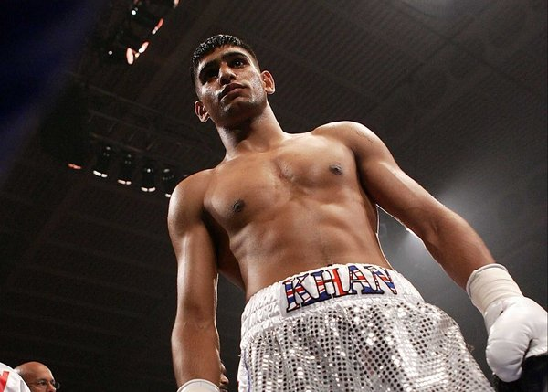 Amir Khan looked back to his best in pummeling Oisin Fagan