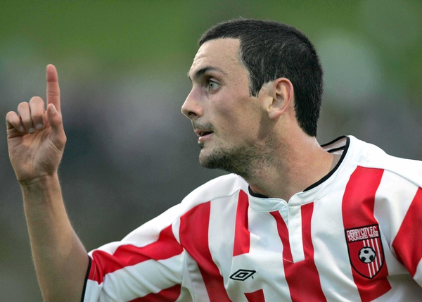 Mark Farren's last-gasp goal keeps the league race alive