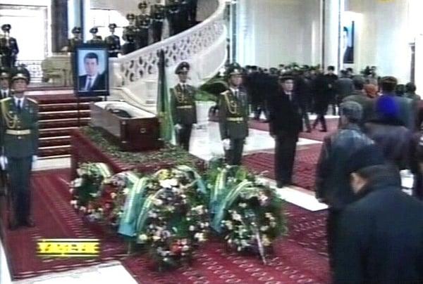 Ashgabat - Thousands pay their respects