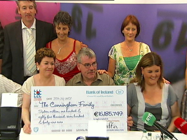 Cunningham family - Lotto winners collect prize