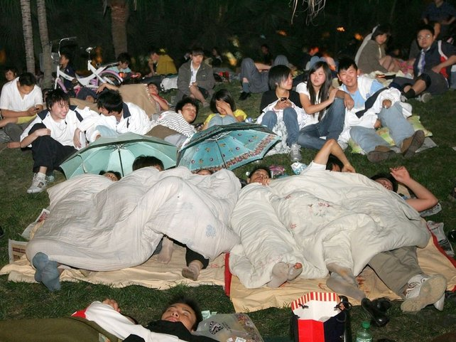 Chengdu - Residents spend night in Xinhua Park