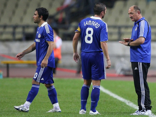Frank Lampard and new-boy Deco were both on target in Luiz Felipe Scolari's first league match as Chelsea manager