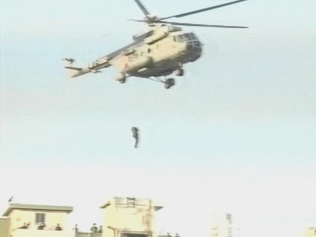 Mumbai - Indian troops drop to building