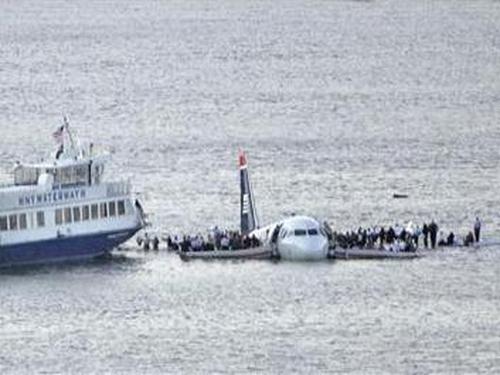 US Airways Flight 1549 - 'Hit birds, we lost thrust in both engines'