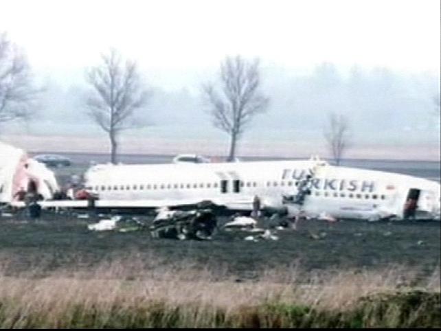 Amsterdam - Plane broke into three pieces
