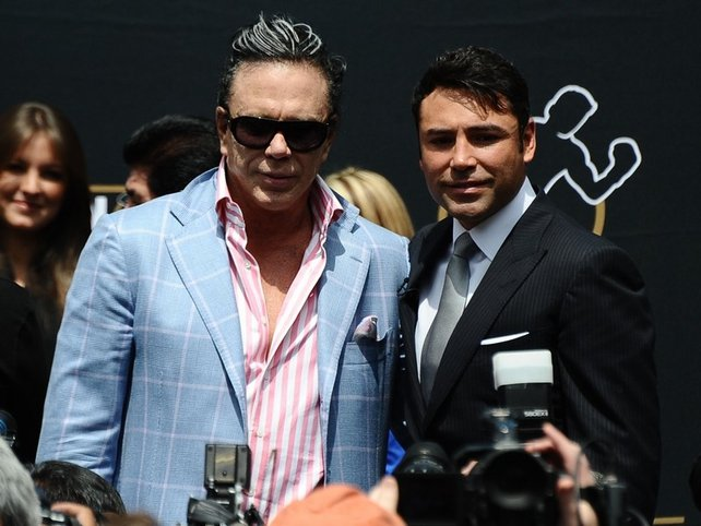 Oscar de La Hoya (r) poses with Mickey Rourke after announcing his retirement in Los Angeles