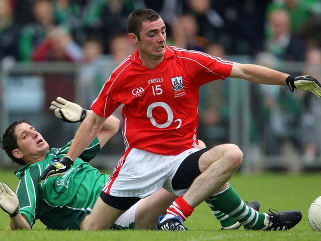 Cork's Donncha O'Connor gets away from Padraig Browne of Limerick