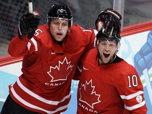 Canada's Dany Heatley (l) celebrates with teammate Brenden Morrow