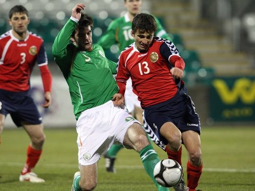 Cillian Sheridan challenges Edgar Malakyan for possession