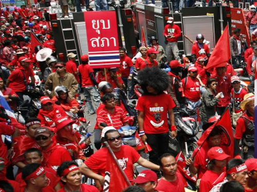 Red shirts - Army warns of force