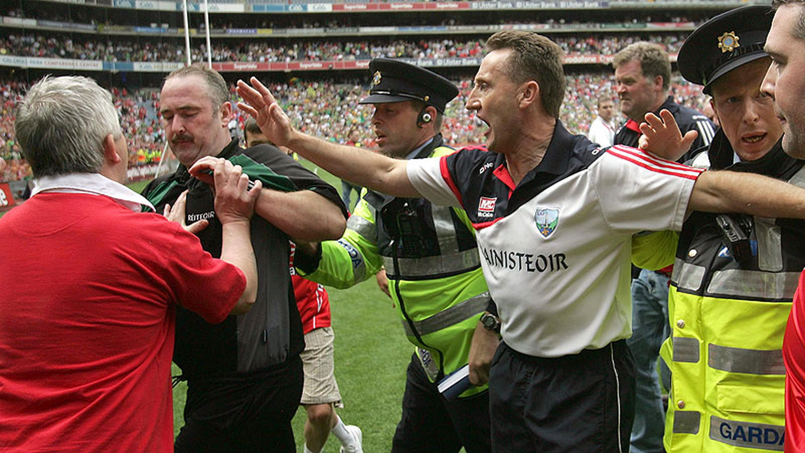 Image - Fitzpatrick tries to put himself between fans and referee Martin Sludden
