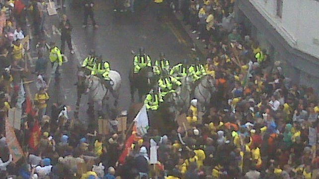 Merrion Row - Students and gardaí clash (Credit: @donnchadholeary via Twitter)