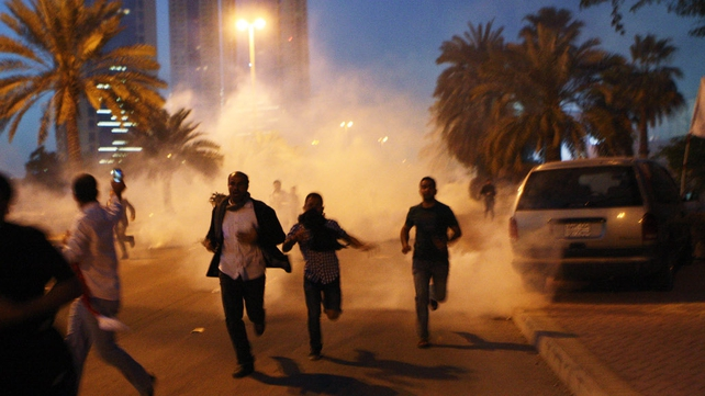 Bahrain - Protestors flee as security services open fire