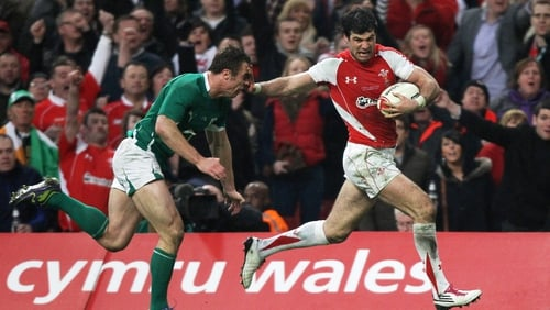 Mike Phillips - Pictures show him being restrained by bouncers