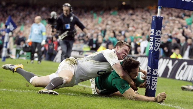 ...and is just denied a try by a Chris Ashton tackle as Ireland go in 17-3 ahead at half-time
