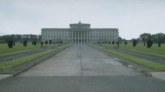 Niall Ó Donnnghaile: Comhairleoir Cathrach de chuid Sinn Féin i mBéal Feirste.