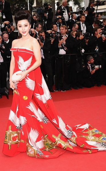 Fan Bing Bing combining a classic Chinese print with a modern silhouette - love.