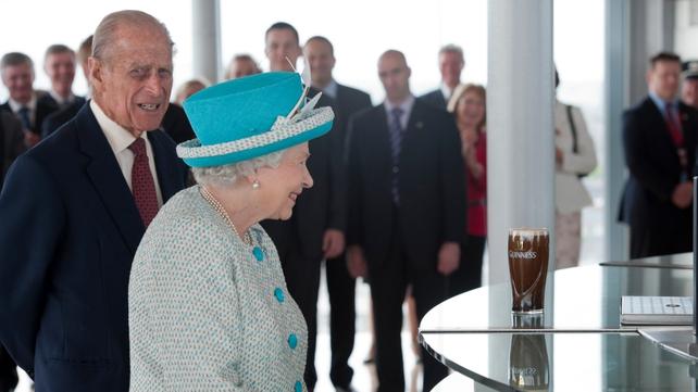 Dublin - Queen Elizabeth and Duke of Edinburgh wait for their pint to settle at Guinness Storehouse