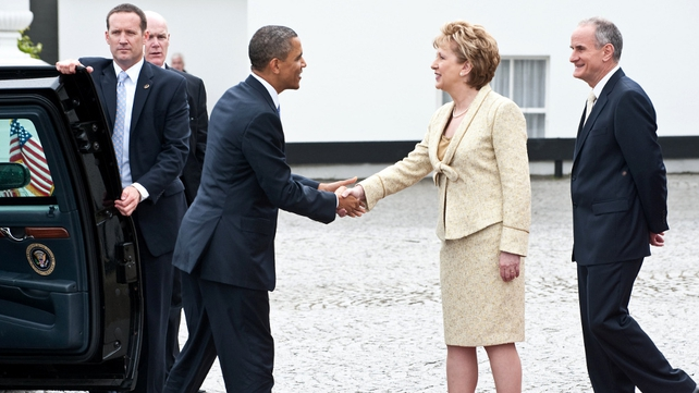 Barack Obama - Mary McAleese greets the US President at Áras an Uachtaráin