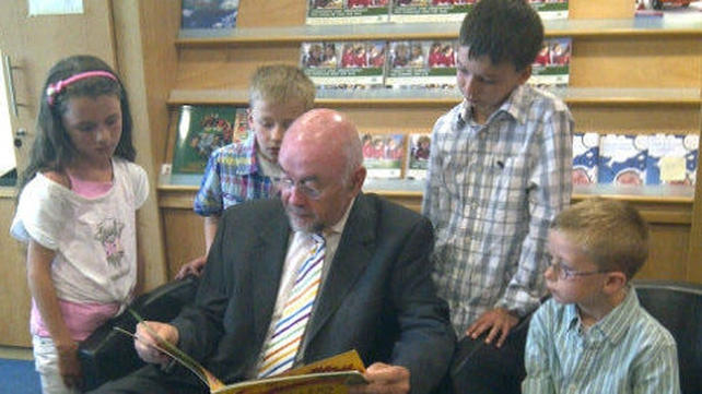 Literacy - Ruairi Quinn reads to children at this morning's launch