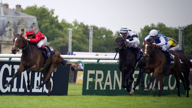 Last season's French 1000 Guineas and Oaks winner Golden Lilac (l) denied Cirrus Des Aigles in the Prix d'Ispahan