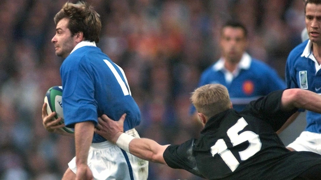 New Zealand v France at RWC 1999 - Christophe Dominici races past Jeff Wilson