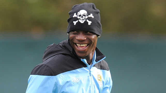 Mario Balotelli believes Man City fans should get behind Carlos Tevez