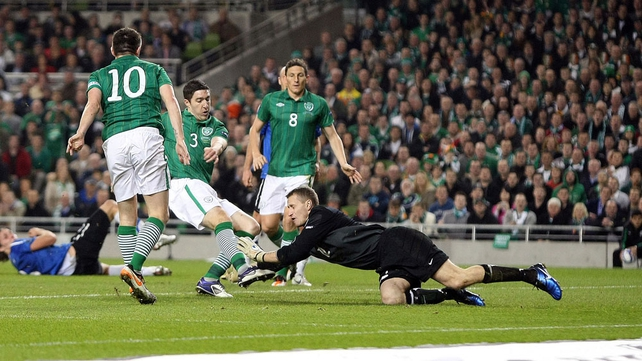 Ward was first to the ball after the goalkeeper spilled a Kevin Doyle header
