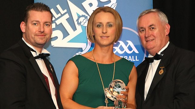 Fiona Shannon receives her award from Handball Ireland President Walter O'Connor and GAA President Christy Cooney
