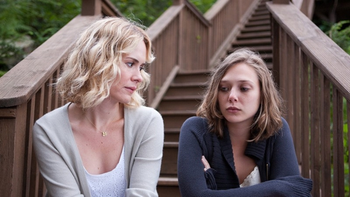 Siblings Lucy (Sarah Paulson) and Martha (Elizabeth Olsen)