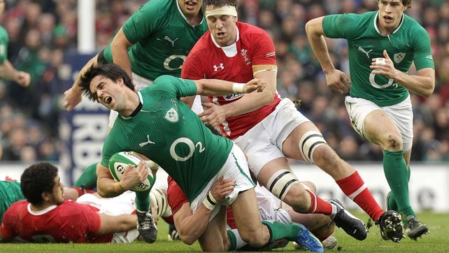 Conor Murray under pressure from Ryan Jones