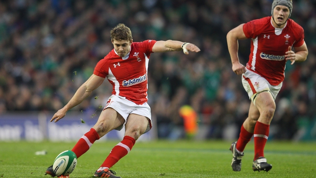 Leigh Halfpenny kicks the penalty to win the game