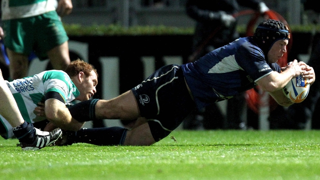 Richardt Strauss goes over for Leinster