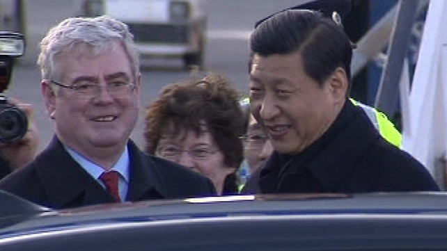 Tánaiste Eamon Gilmore greets Chinese Vice President Xi Jinping