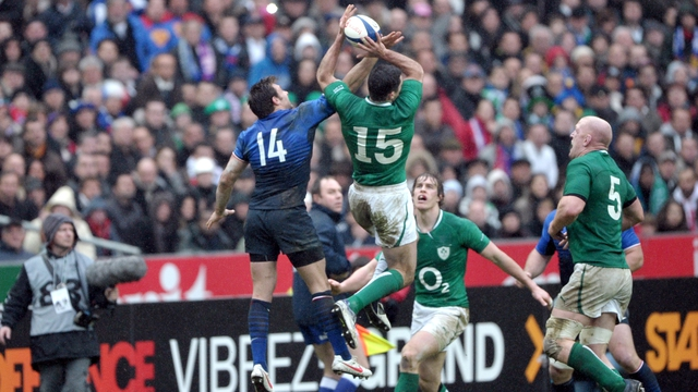 Rob Kearney catches a high ball against France