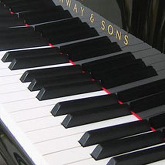 Patsy Broderick, Pianódóir le Banna Céilí Shannon Vale.