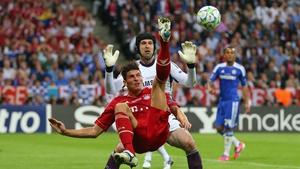 Mario Gomez makes an overhead kick against Petr Cech
