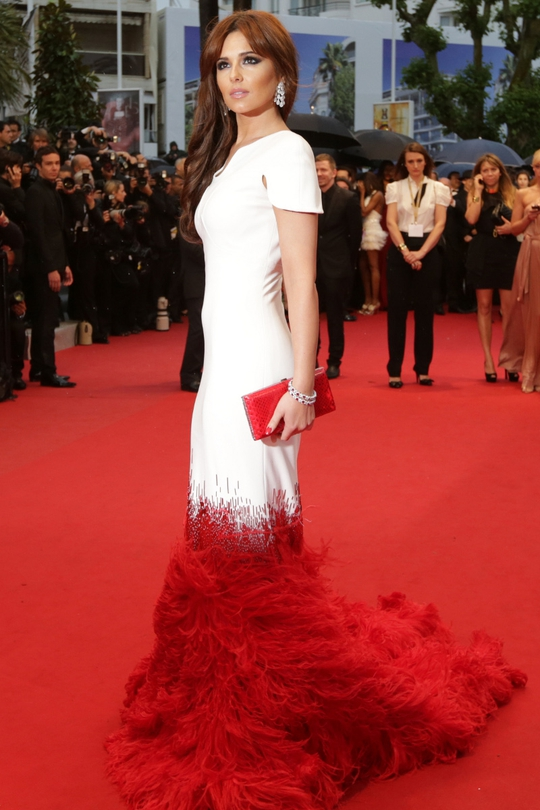 Cheryl slinked down the red carpet earlier this week in Cannes in this amazing Stéphane Rolland dress. White jersey with cap sleeve detail and an elegant dark red, ostrich-feathered train. Glorious!