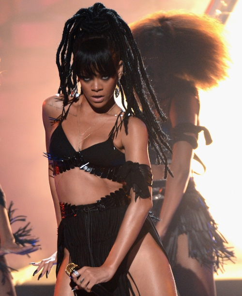 Rihanna performed with a new head of dreadlocks on the show