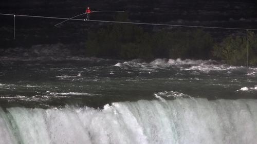 Man walks over Niagara Falls on tightrope
