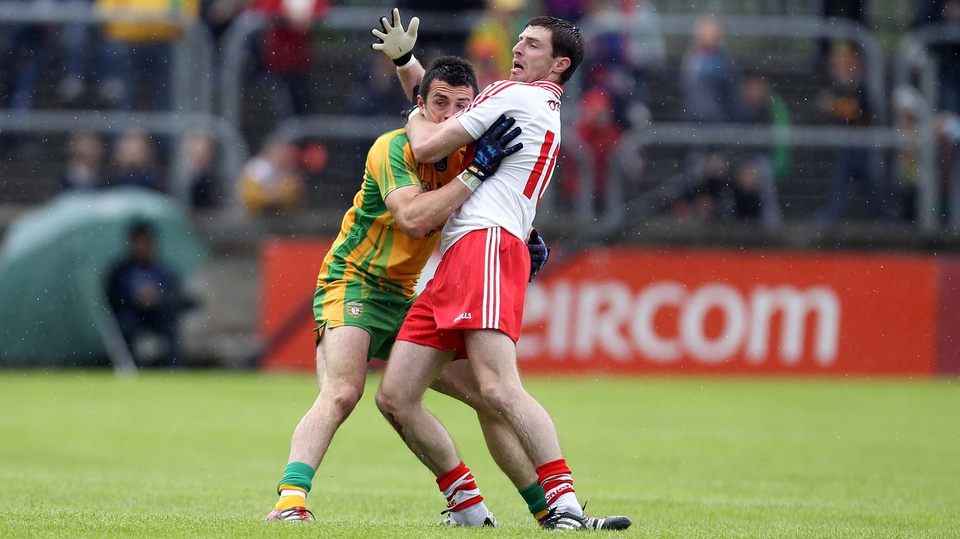 Donegal's David Walsh (r) wrestles with Gerard O'Kane of Derry