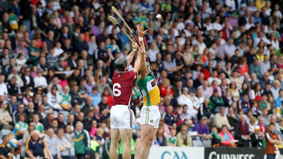 Tony Og Regan competing for a high ball with Joe Bergin of Offaly