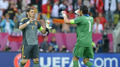 Iker Casillas (l) and Gianluigi Buffon congratulate each other after their teams drew 1-1 in Group C