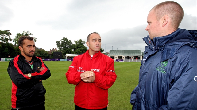 Captains Karim Sadiq (l) and William Porterfield (r) with umpire Richard Smith
