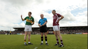 Westmeath's Michael Ennis (r) and Colm Cooper of Kerry take the coin toss with referee Martin Higgins