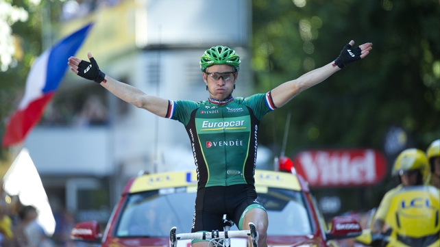 Voeckler takes the plaudits as he crosses the finishing line in Begneres de Luchon
