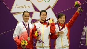 China's Yi Siling (c) celebrates with her gold medal next to compatriot Yu Dan (r) and Poland's Sylwia Bogacka