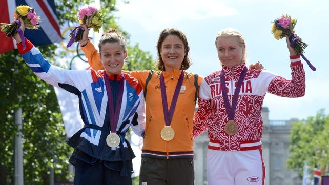 Winner Marianne Vos (c) with silver medallist Lizzie Armitstead (l) and bronze medal winner Olga Zabelinskaya