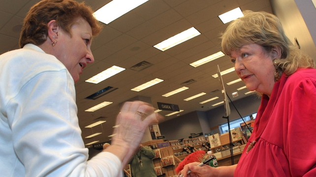 Maeve Binchy chats with a visitor as she signs copies of 'Scarlet Feather' in Chicago in 2001