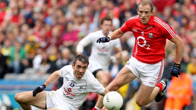 Kildare's Johnny Doyle (l) and Paudie Kissane of Cork tussle for possession